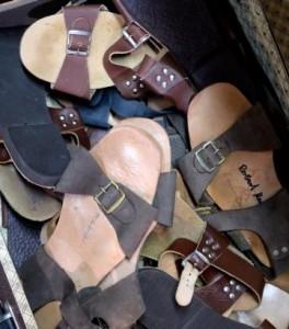 Es sind ausreichend Sandalen vorhanden, sogenannte Jesuslatschen.