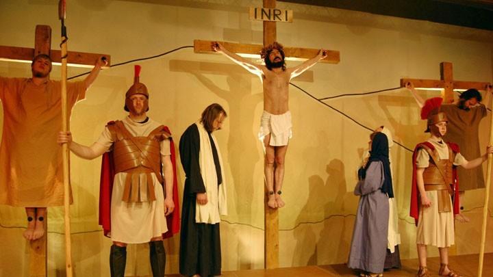 Matthias Groß als Jesus am Kreuz.